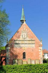 Gabrielkirche in Haseldorf - die Kirche wurde zwischen 1200 und 1250 gebaut - spätromanischer Backsteinbau.