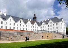 Plöner Schloss; das Schloss ist eines der größten Schlösser Schleswig-Holsteins, errichtet im 17. Jahrundert - Residenz der Herzöge von Plön; jetzt in Privatbesitz / gemeinnützige Stiftung, Akademie.