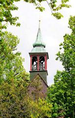 Kirchturm zwischen Bäumen -  Johanniskirche in Plön - Fachwerkbau, 1685 von Herzog Adolf errichtet.