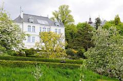 Ehem. Kommandeusvilla im Schlossgebiet von Plön; erbaut 1897 als Dienstsitz für den Leiter der Kadettenanstalt - Baustil Neorenaissance.
