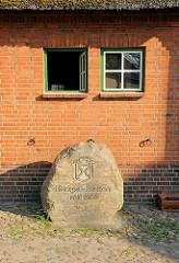 Hengststation in Haselau - Findling mit Inschrift gegründet 1906 - älteste Station in Schleswig-Holstein..