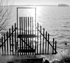 Holztor an einem Steg am Plöner See in Plön - Gegenlichtaufnahme, schwarz-weiß.