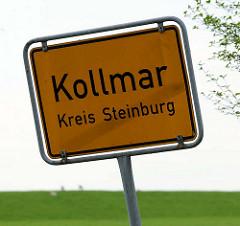 Ortsschild Kollmar, Kreis Steinburg - im Hintergrund der Elbdeich.