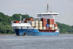 Das Feederschiff / Containerfeeder GRETE SIBUM verlässt mit Containern beladen den Hamburger Hafen.