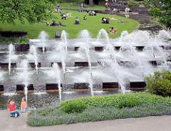 Wasserfontänen in der Wallanlage / Planten un Blomen; Grünanlage in der Hamburger Innenstadt.