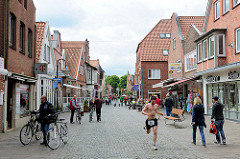 Fussgängerzone Lange Strasse in Plön, Geschäfte / Passanten.