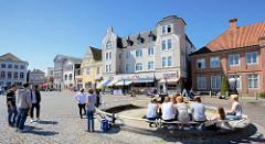 Marktplatz der Kreisstadt Eutin in der Sonne.