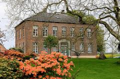 Herrenhof / Kollmarhof in Kollmar; klassizistisches Herrenhaus - 1856 erbaut; blühende Rhododendron / Azalee.