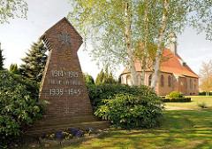 Trinitatiskirche in Neuendorf - Gedenkstein Kriege 1914 - 1918 / 1939 - 1945 Inschrift TREUE UM TREUE.