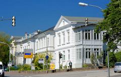 Klassizistische Architektur - Wohnhäuser mit weisser Fassade in Eutin, blauer Himmel.