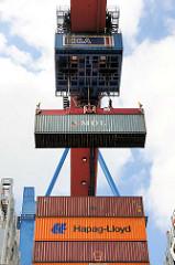 Löschen der Containerfracht im HHLA Terminal Altenwerder - ein Container hängt am Kran und wird an Land gebracht.