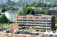 Neubauten auf der Harburger Schlossinsel - lks. das Harburger Schloss; im Hintergrund die Süderelbe.
