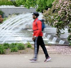 Spaziergänger in den Wallanlagen / Planten un Blomen; Grünanlage in der Innenstadt, City Hamburgs.