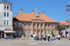 Marktplatz in Eutin - Sonne, blauer Himmel - im Hintergrund das herzogliche Witwenpalais; erbaut 1787 für die Herzogin Ulrike Friederike Wilhelmine von Hessen Kassel als Altersresidenz.