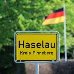Ortschild Haselau, Kreis Pinneberg - Deutschlandfahne.