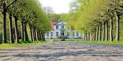 Kopfsteinpflaster und Allee vor dem Haseldorfer Herrenhaus; erbaut 1804 - Architekt Landbaumeister Christian Frederik Hansen.