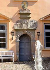 Eingangstür mit Wappen und Sonnenuhr - Schloss Eutin.