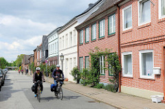 Wohnhäuser in der Johannisstrasse von Plön - Fahrradfahrer.
