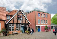 Fachwerkfassade - moderner Klinkerkubus; unterschiedliche Architekturformen, neu + alt - Bilder aus Plön, Schleswig-Holstein.