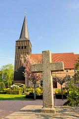 Heilig Dreikönigs Kirche in Haselau, im 14. Jahrhundert errichtet; Steinkreuz am Eingang.