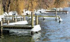 Bootsstege mit Eis - Winter am Plöner See.