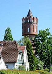 Kuppel des 1909 erbauten Wasserturms in Eutin - Dächer von Wohnhäusern.