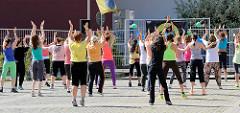 Sportübungen im Freien in der Sonne - Bilder aus dem Hamburger Stadtteil Harburg.