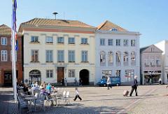 Altes Rathaus der Kreisstadt Eutin - Tische mit Gästen eines Restaurants in der Sonne.