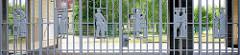 Eisentor mit Dekorelementen - metallverarbeitende Berufe /  Eingang Oberstufenzentrum Prignitz OSZ - ehem. Verwaltungsgebäude und Putzerei des Nähmaschinenwerks Veritas.