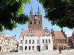 Marktplatz von Stendal - im Vordergrund das  historische Rathaus, erbaut im 15. Jahrhundert; dahinter die Kirchtürme der St. Marienkirche; Backsteingotik..