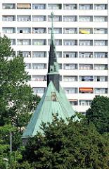 Turm der 1711 neu aufgebauten Magdalenenkapelle in Magdeburg - im Hintergrund Balkons eines Hochhauses.