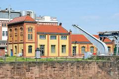 """Schwerlastkran """"Elefant"""" im Magdeburger Museumshafen; der Drehkran ist ein ortsfester, ursprünglich wasserhydraulisch angetriebener Kran mit einem manuellen Drehwerk, das später auf elektrischen Betrieb umgestellt wurde. Der 1883 gebaute Kran hat ein"""