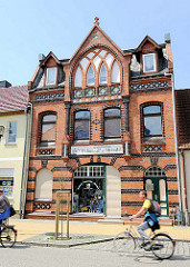 Neogotische Backsteinarchitektur in der Hansestadt Seehausen - Geschäftshaus, Wohnhaus - Fahrräder auf der Strasse.