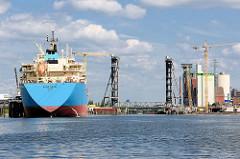 Blick über die Rethe im Hamburger Hafen zur Rethehubbrücke. Lks. der Tanker ROMO MAERSK an der Löschanlage.