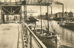 Historische Hafenbilder aus Hamburg Harburg - Kananlage in einem der Hafenbecken / Seehafen an der Süderelbe; Industrie mit rauchenden Schornsteinen.
