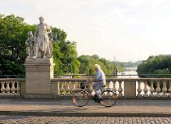 Zollbrücke in Magdeburg - Brücke über die Zollelbe - allegorische Skulpturen; Bildhauer Emil Hundrieser.