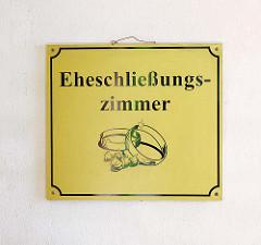 Schild Eheschliessungszimmer am Rathaus von Gardelegen.