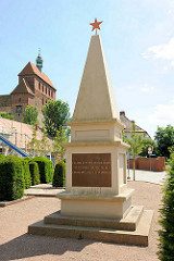 Sowjetisches Ehrenmal am Domplatz in der Hansestadt Havelberg - im Hintergrund der Dom St. Marien.