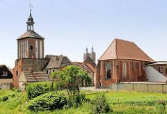 Lks. der Turm vom Beustertor / mittelalterliches Stadttor und re. die im 15. Jahrhundert erbaute Salzkirche, früher Kirche zum Heiligen Geist. In der Mitte die Kirchtürme der St. Petri Kirche in der Hansestadt Seehausen.