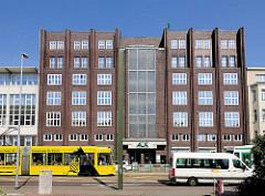 Architektur der 1930er Jahre - Verwaltungsgebäude in Magdeburg; Lüneburger Strasse, Strassenbahnhaltestelle.