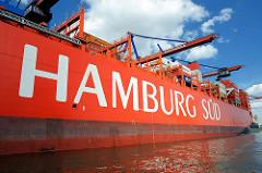 Ein Frachtschiff der Reederei Hamburg Süd unter den Containerkränen des Terminals Burchardkai im Hamburger Hafen / Waltershofer Hafen