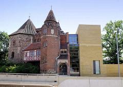 Lukasklause Magdeburg - Gebäudeensemble Festungsturm von 1279, Treppenturm von 1903 und moderner Anbau von  1995 als Guericke Zentrum / Museum.