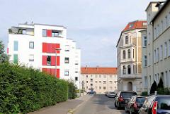 Neu + alt; historische Wohnblocks / Gründerzeitarchitektur - modernes Wohnhaus; Stadtteil Magdeburg - Werder.