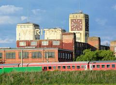 Blick auf die historischen Veritaswerke in Wittenberge - Nähmaschinenwerk; Industriearchitketur - Turmuhr Baustil Expressionismus, Neue Sachlichkeit.