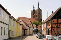 Wohnhäuser, Fachwerkhaus - Strasse in der Hansestadt Seehausen - Kirchtürme der ev. lutherischen Pfarrkirche St. Petri.
