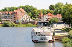 Anlegestelle für Fahrgastschiffe in der Hansestadt Havelberg - das Ausflugsschiff Präsident aus Tangermünde liegt am Ponton.