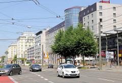 Geschäftsstrasse mit mehrstöckigen Geschäftshäusern, Verwaltungsgebäuden in Magdeburg, Otto von Guericke-Strasse.