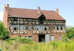 Altes verfallenes Gewerbegebäude in der Hansestadt Seehausen - Industriearchitektur, Fachwerkkonstruktion - Winde unter dem Dach / Dachwinde.