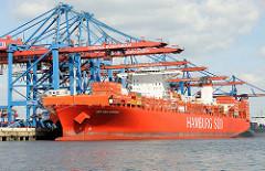 Rotes Containerschiff Cap San Antonio der Reederei Hamburg Süd unter Containerbrücken des Container Terminals Burchardkai im Waltershofer Hafen, Hamburg Waltershof.