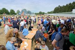 Jubiläumsfest 125 Jahre Freiwillige Feuerwehr Tangstedt - BesucherInnen auf der Wiese der Veranstaltung.